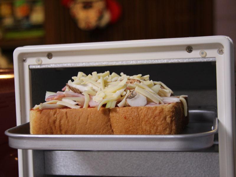 こちらはピザトースト。5枚切りの食パンに具を載せると、高さがギリギリ