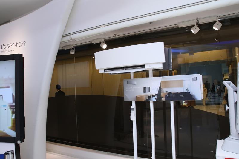なかなか量販店には展示されていない、ヨーロピアンデザインで人気沸騰中の最新エアコン「UXシリーズ」も見られる