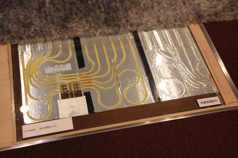 床暖房のパネルユニット。中には温水が循環している。これ入ってるマンションとか取材でいくと、暖かいんだよねー。まぁ眠くなって取材大変なんだけどね