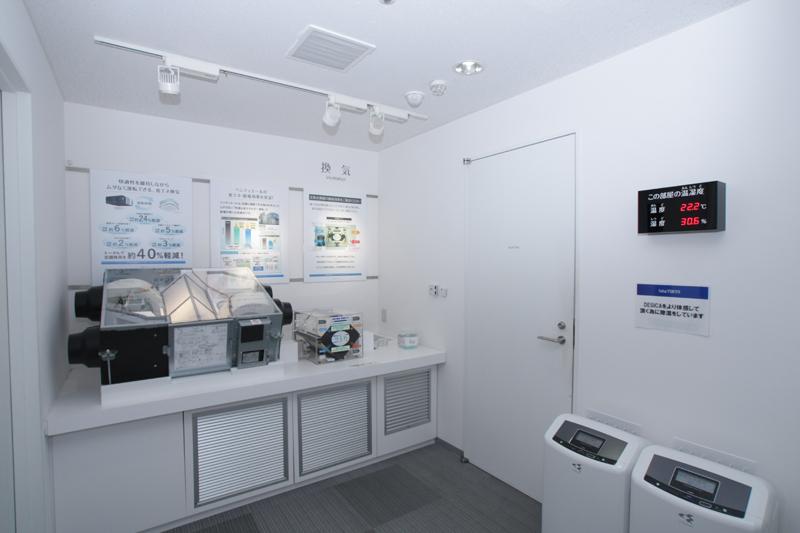 業務用機の温度と湿度のコントローラー。さすがダイキン! って感じ。湿度の違いがどれだけ、居心地に影響するかなどを実験できる部屋