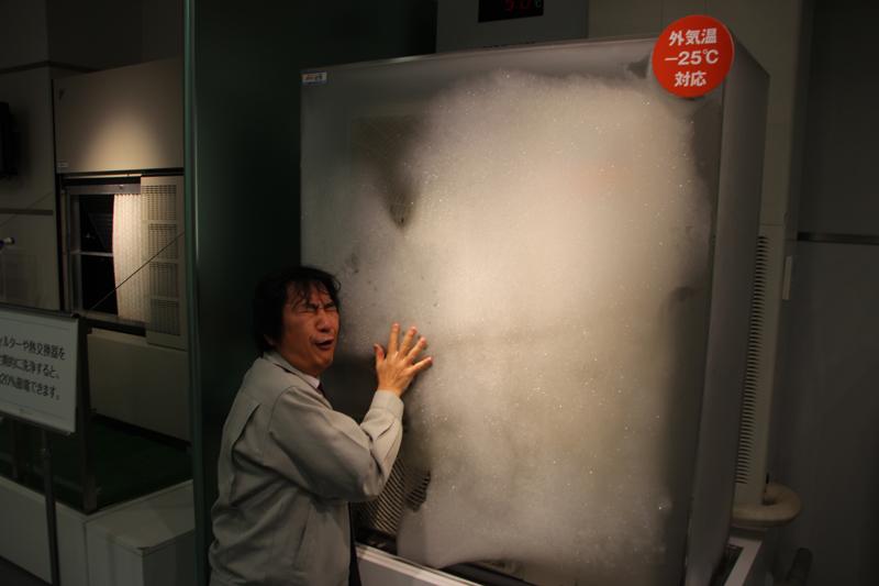 業務用の室外機。マイナス25℃の中で稼動中! ショーケースなんて凍っちゃって中見えないし(笑)