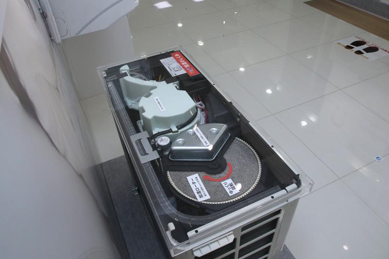 ダイキンのエアコンは冬につけてもカサカサしないのは、室外機にこんな仕組みが入っていて、室内を自動的に加湿するからなんだ!