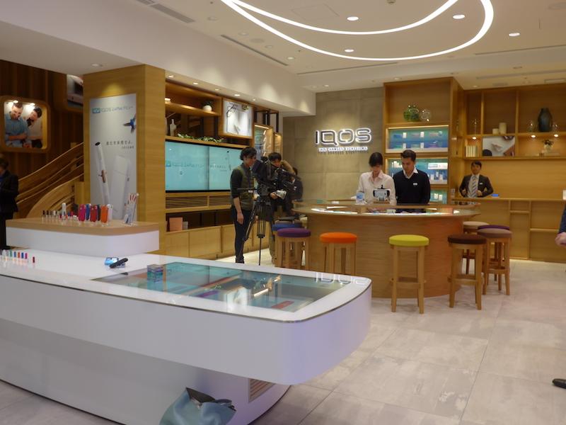 IQOS ストア銀座の店内。1階ではIQOSを購入でき、サービスカウンターでは修理などにも対応