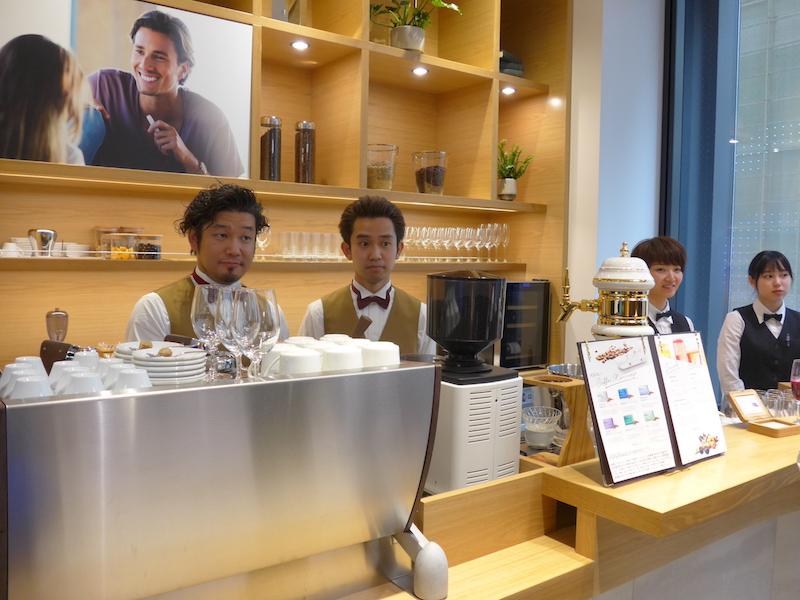 2階にはCafe IQOSignature(カフェ・アイコシグニチャー)を併設。バリスタ監修によるカフェメニューが楽しめる