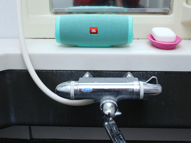 安定していない場所だとスピーカの威力に負けてしまうので、お風呂のフチやシャンプーを置く台などに置くとイイ音になる