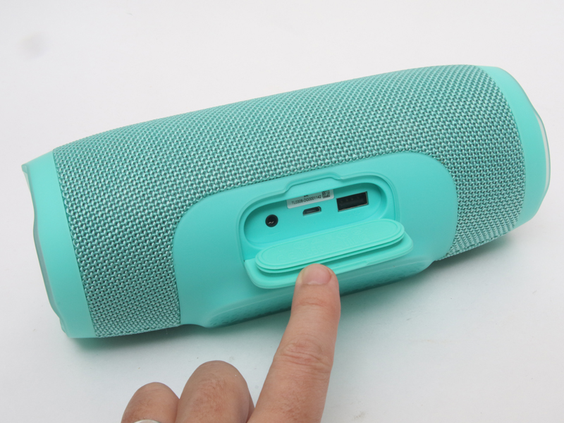 スピーカのフタを空けると、アナログ外部入力端子(LINE)と本体充電用microUSBコネクタと、スマホ充電用のUSBコネクタがある