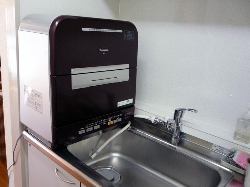 食洗機の設置では置き場所の確保に加えて、給水と排水が問題になる。日本の標準的なキッチンは狭すぎじゃないでしょうか(写真はパナソニックの2009年モデル)