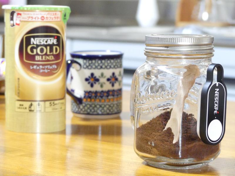 「ネスカフェ」のコーヒー粉。いつも移し替える瓶に貼ってみた。残りが少なくなってきたらポチ