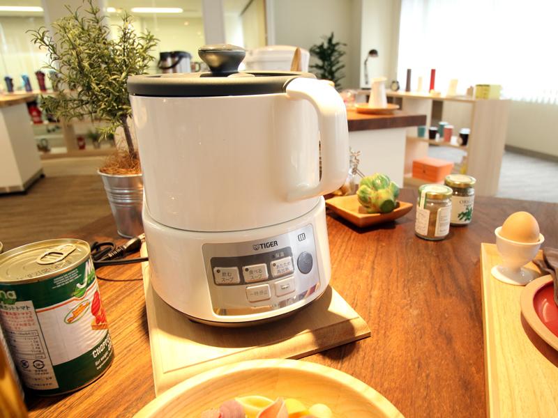 忙しい朝にスープが簡単に作れるスーププロセッサーやホットプレート、電気ポットなど調理家電の数々