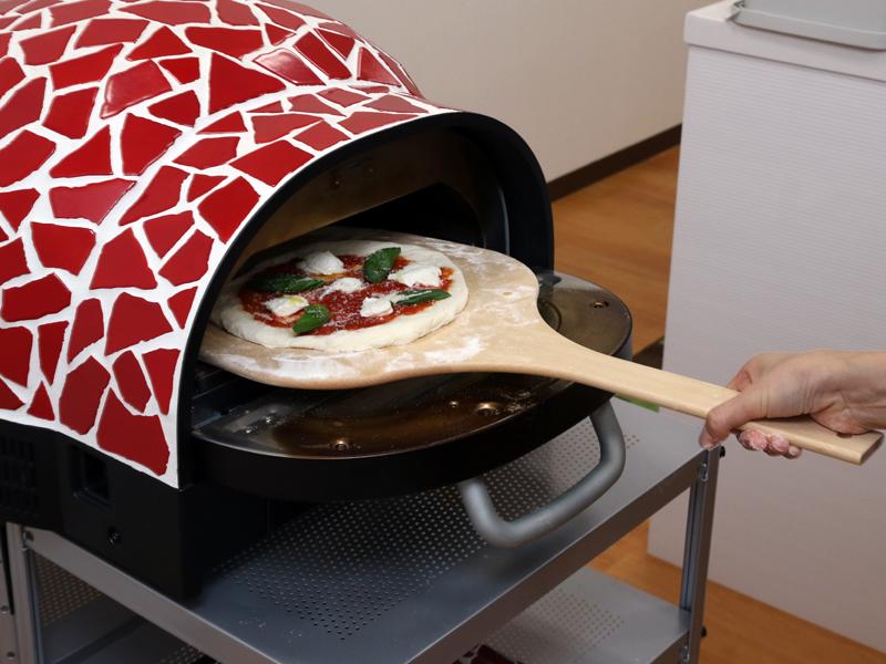 320℃に熱せられた窯の中へピザを投入!これは店とかテレビでよく見かける風景だ!
