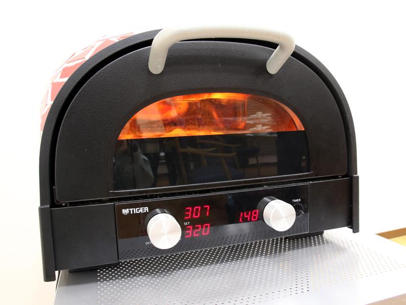 左上が窯内温度(307℃)、その下が設定温度(320℃)。右がタイマー(残り時間1分48秒)