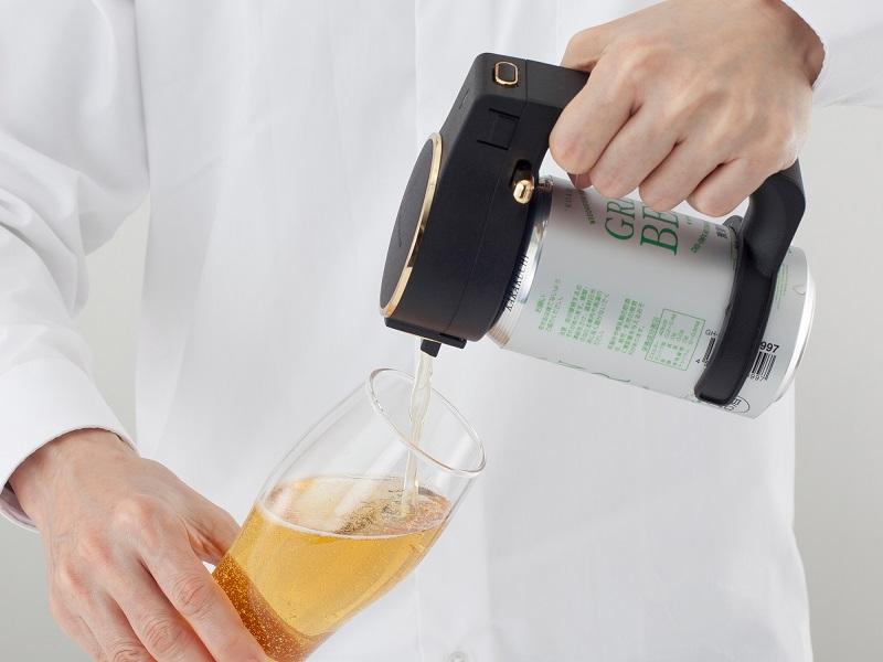 缶ビールに取り付けてボタンを押すだけの簡単操作