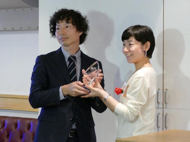 ダイソン スティック カテゴリー リーダー 西田もも氏にはトロフィーが手渡された