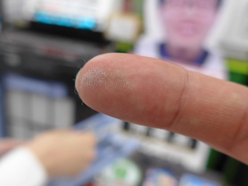 指をスーッと走らせるだけで、ホコリがたくさん取れていることが分かる