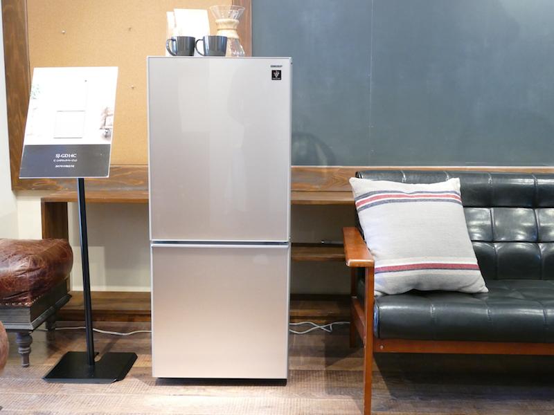 シャープもデザインにこだわった小型冷蔵庫を投入。容量は137Lでひとり暮らし世帯をターゲットにしている