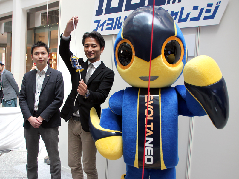 右から、ロボット「エボルタ NEOくん」、ロボットクリエイター 高橋 智隆氏、パナソニック アプライアンス社 コンシューマーマーケティングジャパン本部 電池担当 堀 健平氏