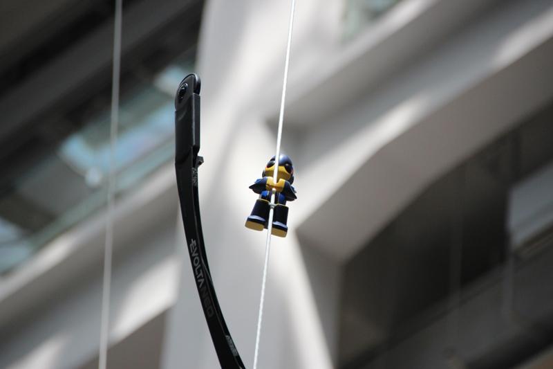 エボルタ NEOくんが20mのロープを登る様子を実演