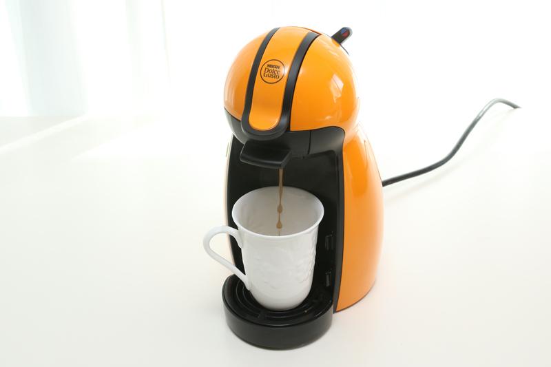 数年前に我が家に導入した「ネスカフェ ドルチェ グスト」。結構便利だが、ウチのはお湯が自動で止まらないヤツなので、入れ終わるまでコーヒーメーカーの前で待ってないとならない