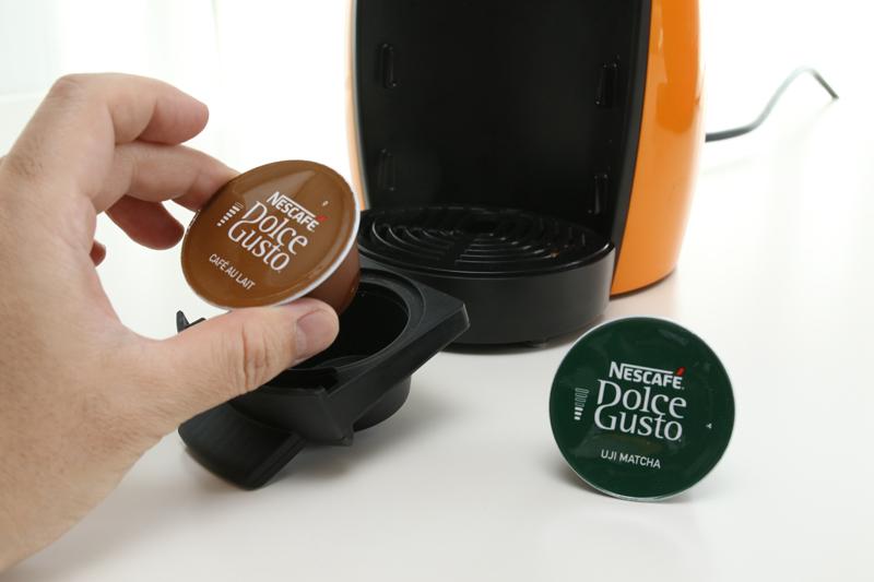 コーヒー1杯ごとに専用のカプセルをセットする。お湯の量を自動で調節するタイプと、手動タイプがある