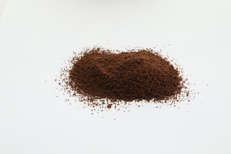 左はコーヒー液をスプレーして粉末にしたもの。右はコーヒー液をフリーズドライした一般的なインスタントコーヒー