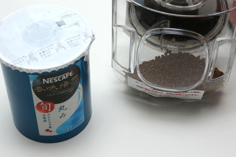 左側のパックがおよそ27杯分の詰め替え用コーヒー。これを右側のバリスタのボトルにワンタッチで充填する