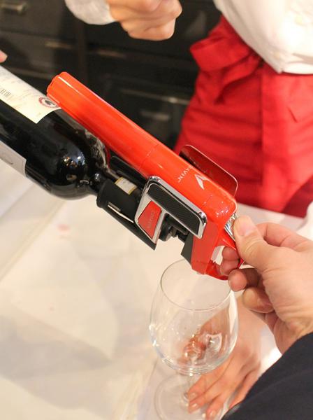 底を高く持ち上げ、トリガーを素早く押してワインを抽出する