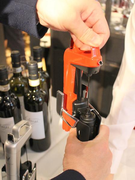 ボトルを戻せばワインの注入が自動的に止まる。この後ニードルを引き抜く