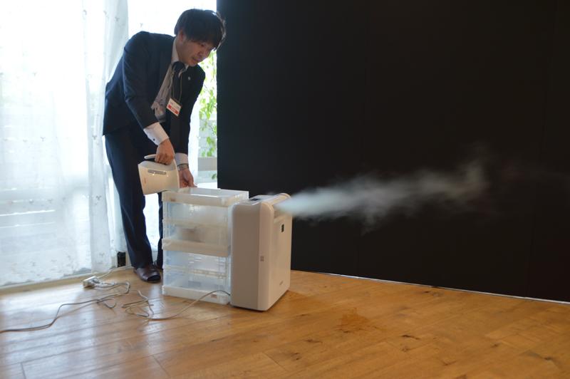 部屋のカビ発生を抑制する「部屋サラリモード」。広角ルーバーとロング気流で広範囲にしっかりドライ風を届けるという