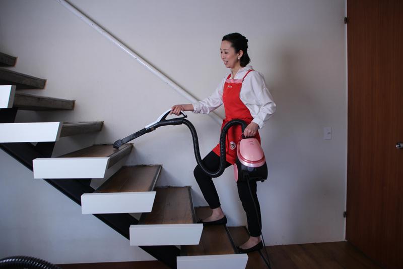 キャニスター形は本体を身体に近づけて持つと疲れにくいという。階段は、掃除した場所を通らないように、上から下に掃除する