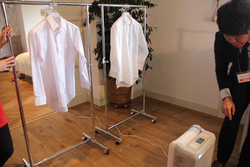 霧吹きで濡らしたシャツと乾いたシャツを干して、衣類乾燥運転をすると、「部屋干し3Dムーブアイ」が濡れた衣類を見分ける