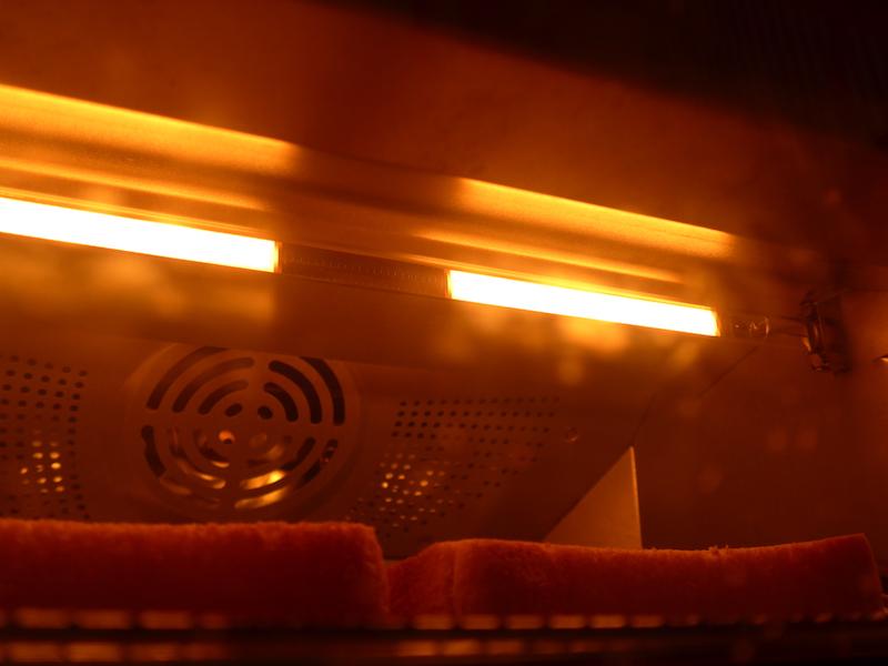 庫内の上下に搭載された速熱性に優れたグラファイトヒーター