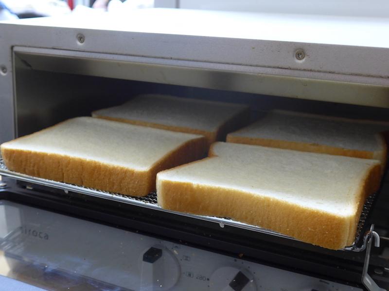 詰めて入れると、最大4枚を一度にトーストできる
