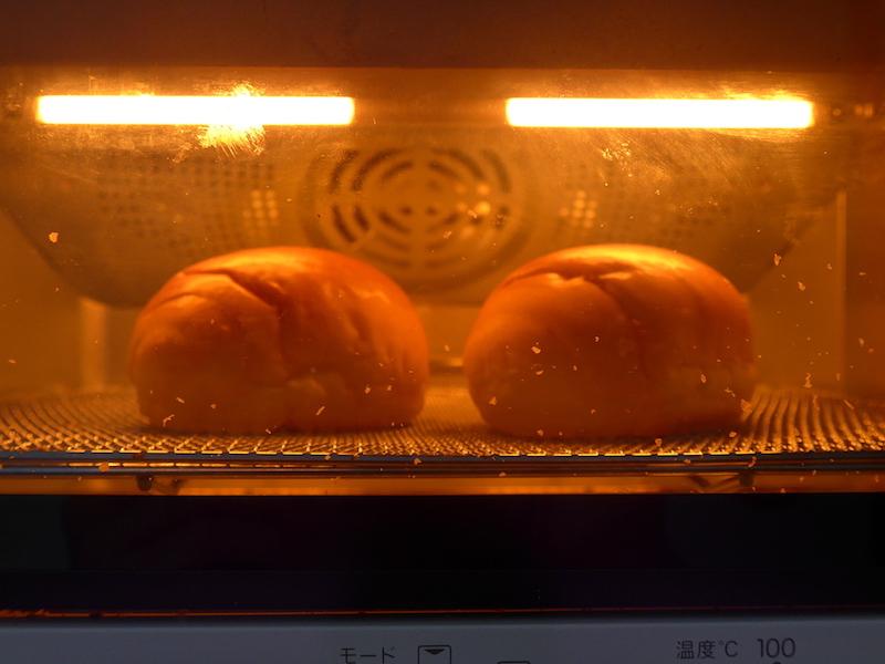 賞味期限間近で、少ししっとり感を失いかけたロールパンを焼き始める