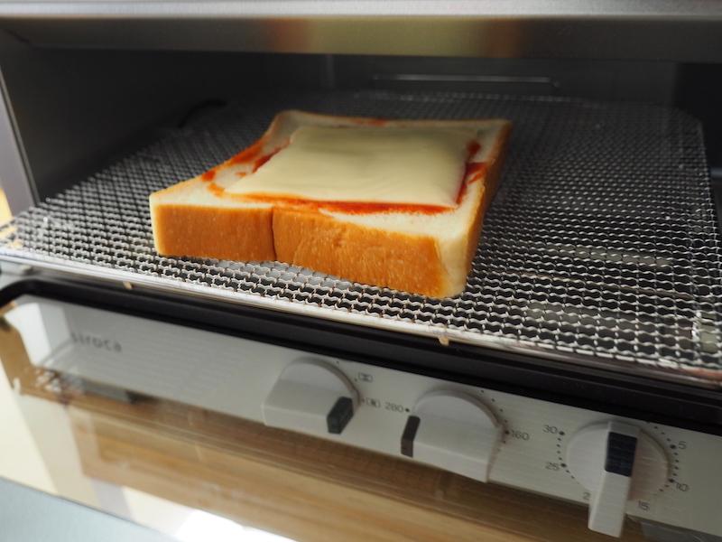 食パンにケチャップをぬってスライスチーズを載せた簡易ピザトースト
