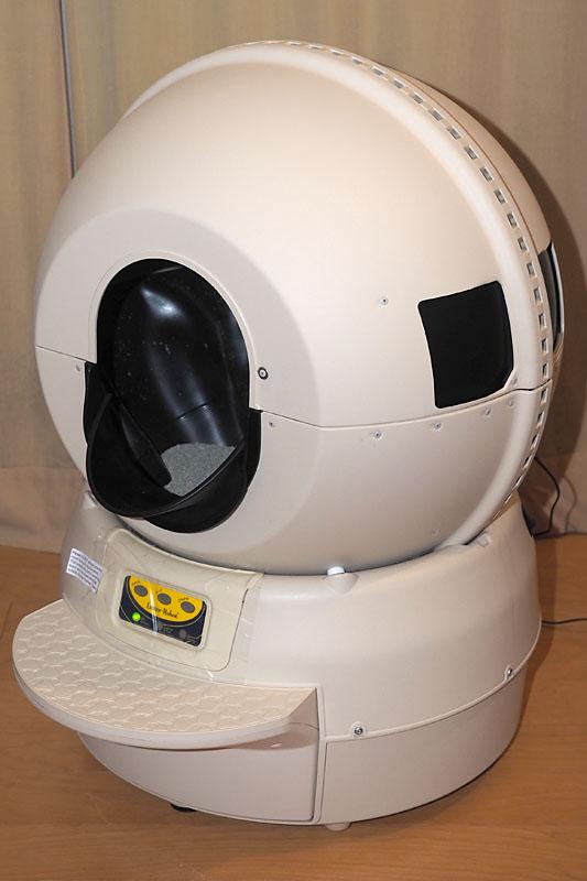 「キャットロボット」本体。上の球体がトイレで、前方に開いた穴から猫が入ります。下部は排泄物がたまるトレイになっていて、手前に引き出せて排泄物を処理できます。本体のカラーは写真のベージュのほか、ブラックもあります