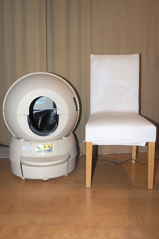 サイズは、幅50×奥57×高74cm。質量は約8.1kg。椅子一脚分程度のサイズ感です。試用前は「かなり大きそうだなあ」と思いましたが、実際に設置してみると「そんなに場所を取らないんだな」という印象になりました。設置も電源を差すだけなのでカンタンです