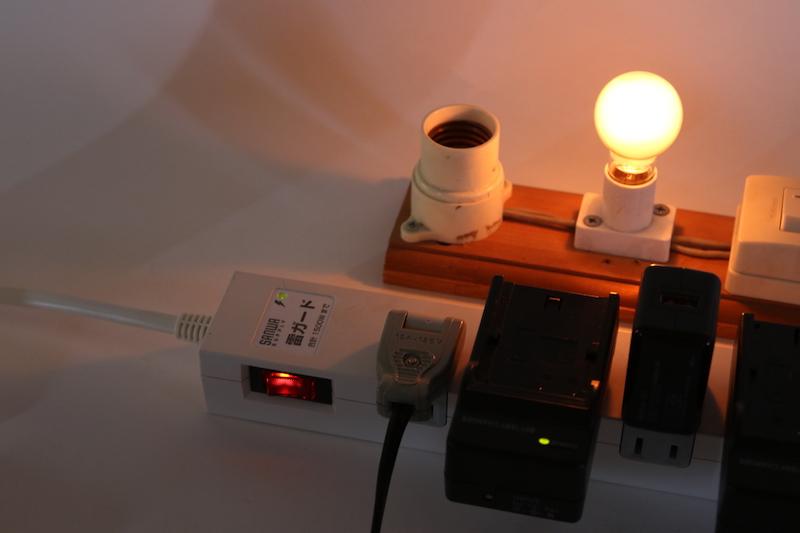 左横のオレンジに光るスイッチ(シーソー型)がブレーカーになっている。問題なければ、写真のようにオレンジに光ってタップの電源ON状態に