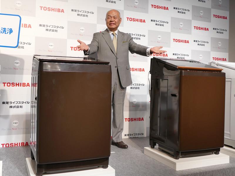 業界で初めてウルトラファインバブル洗浄を搭載した縦型洗濯乾燥機「ZABOON(ザブーン)」シリーズと、東芝ライフスタイルの取締役社長、石渡敏郎氏