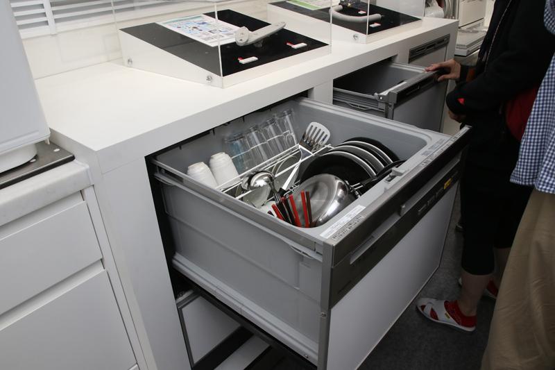 キッチンに据え置き式のビルトイン食洗機。いまやこちらが主流で、卓上型の4倍出荷されている