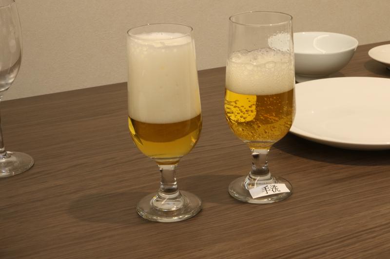 しばらくすると……なんじゃ! この違いはっ! グラスの洗い方ひとつで、ここまでビールが違ってくるのだ! 「確かに店で飲むやつは、左側だわ~」改めて気づかされた