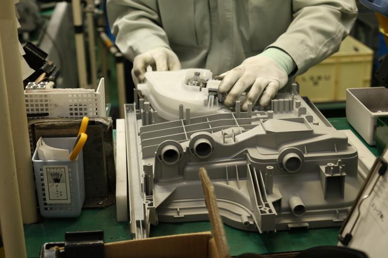 8.食洗機内部の底部。取り付けているのはヒーターユニット。裏返して、おそらく心臓部のポンプユニットを取り付け