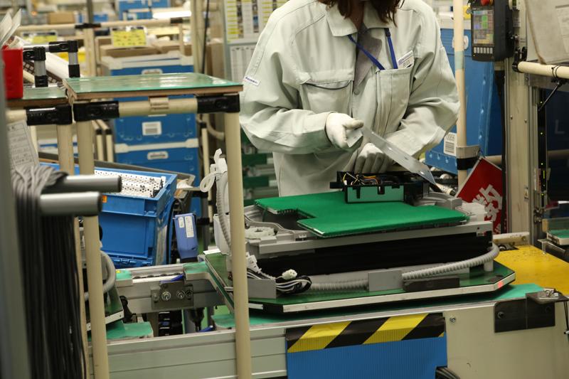 13.コントローラユニット(マイコン)の最終組み立て、製品のパレットに載せる(取り付けは別工程)。水を通すホースなども付いた