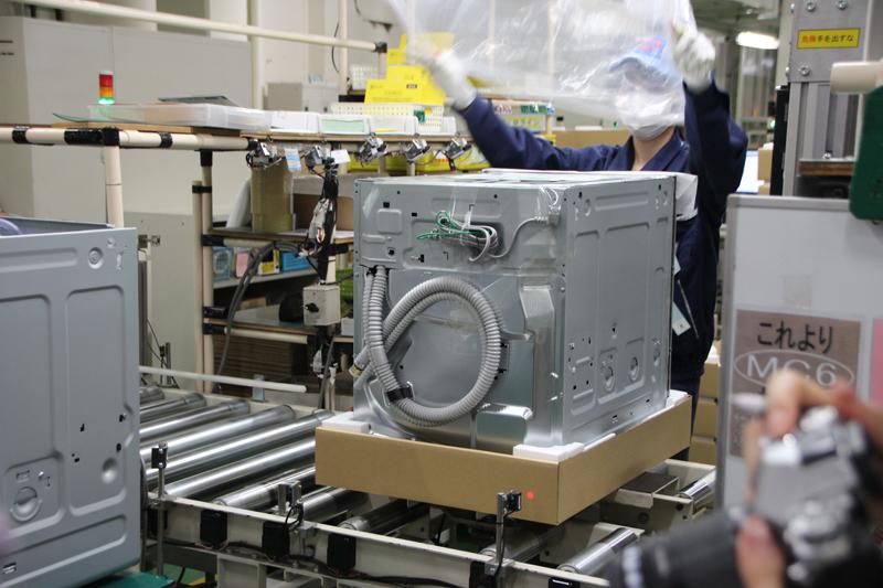 17.先に組み立てた食洗器ユニットをスライドレールにはめて梱包。もちろんマニュアルもれっきとした部品です!