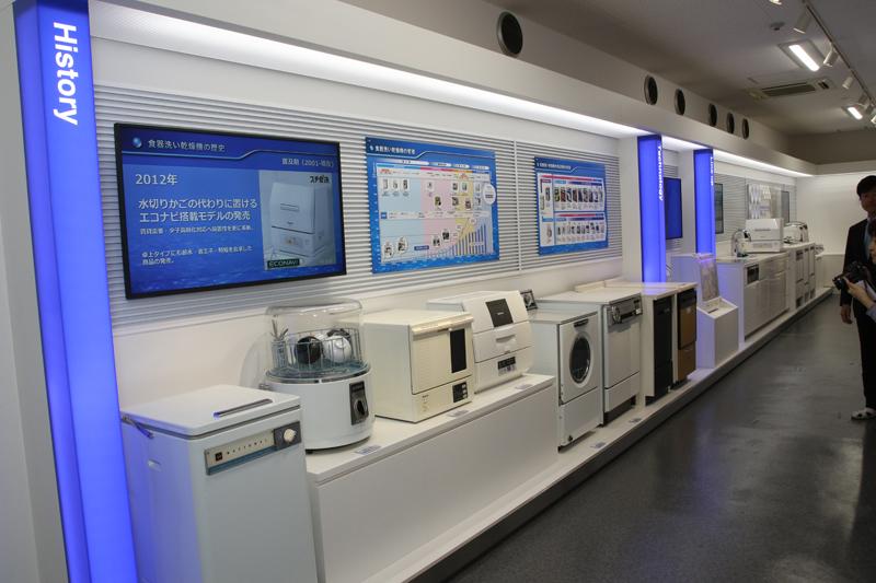 ズラリと並んだ歴代の食洗機。意外とその歴史が古いことに驚く