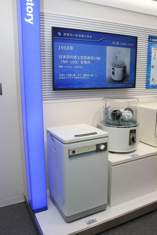 一人暮らし用の縦型洗濯機ほどもある食洗機。もともと洗濯機事業部が作ったので、洗濯機みたいな形になったんだとか