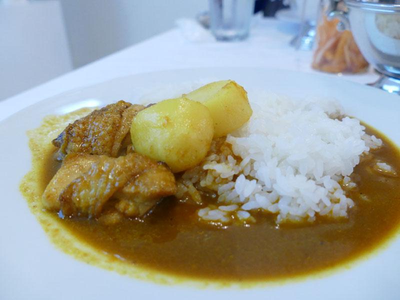 BALMUDA The Gohanで炊いたごはんに、BALMUDA The Curryで作ったカレーをかけたもの。実際試食したところ、かなりスパイシー。辛みは感じるものの、爽やかで、さらさらと食べられる