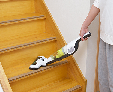 階段を掃除するときはハンディクリーナーにし、床ノズルを取りつける