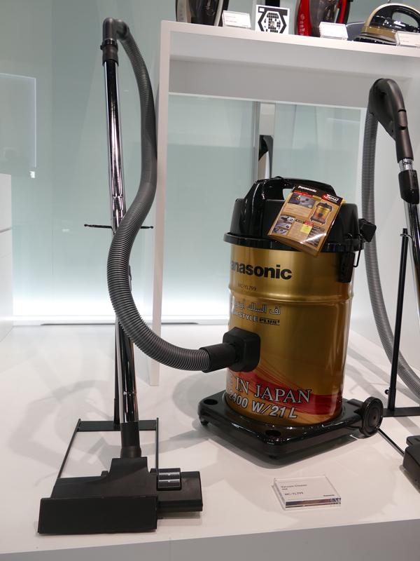 中東向けの掃除機では日本ではまず見かけない金色を本体カラーに採用する