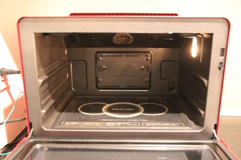 庫内。食材の温度を見張る赤外線ムーブセンサーや温度センサーが搭載されている