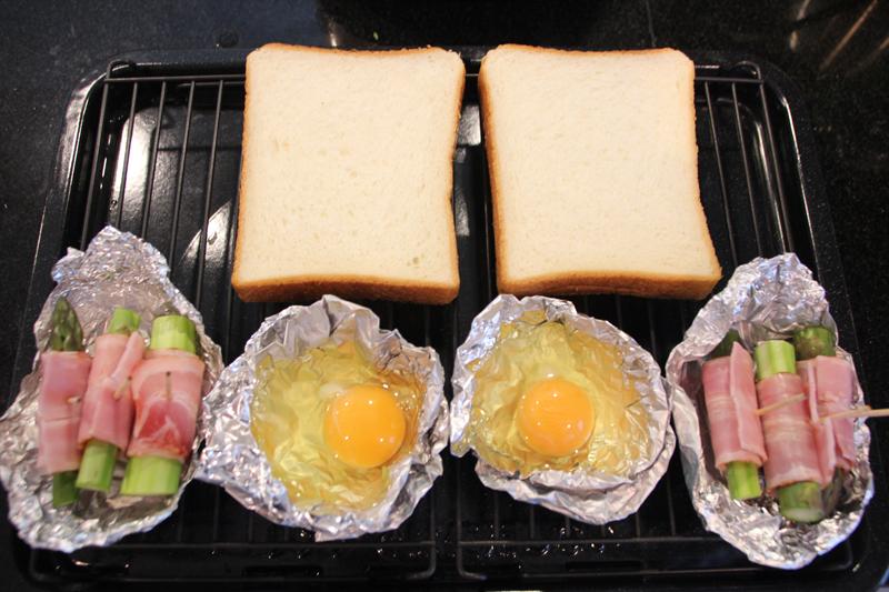 朝食モードでは、トースト、目玉焼き、アスパラのベーコン巻きが同時に調理できる